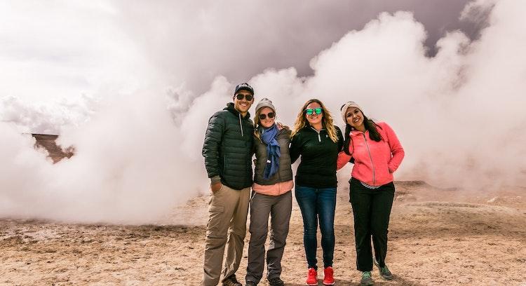 Personas en los geysers del Sol de Mañana.