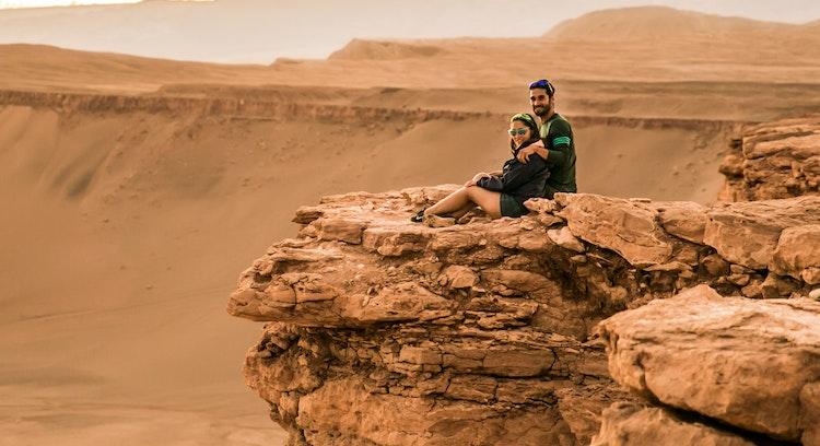 Casal no vale da lua no Atacama