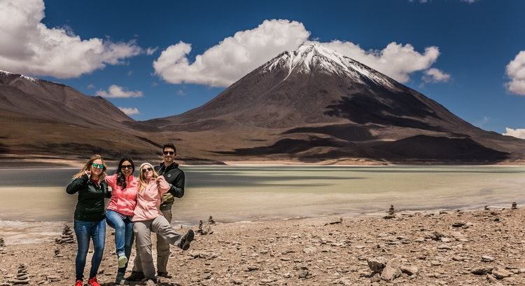 Personas en la Laguna Verde.
