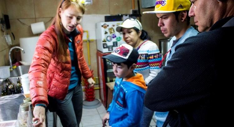 grupo con guía en el tour gastronómico en San Pedro de Atacama