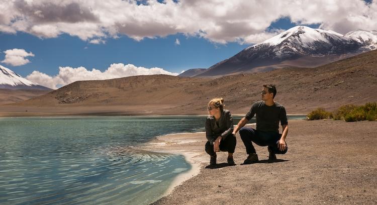 Pareja mirando la laguna hacia Uyuni