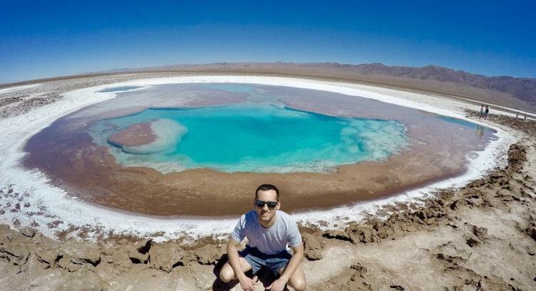 Turista visitando las lagunas escondidas de baltinache