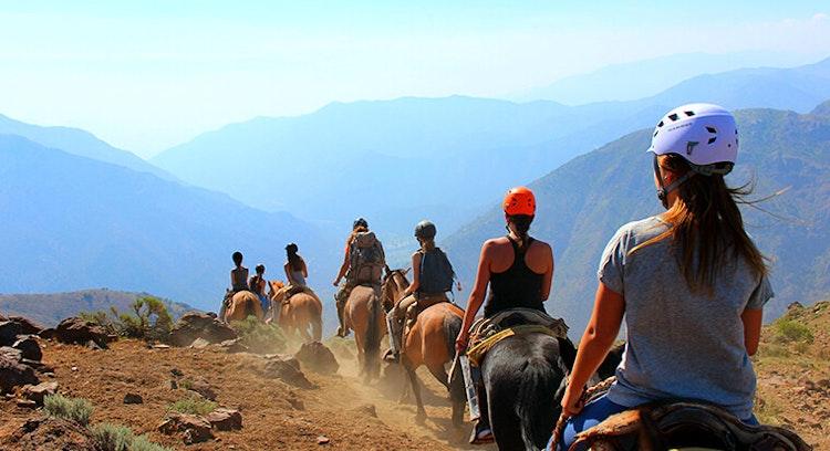Personas en cabalgata Chile