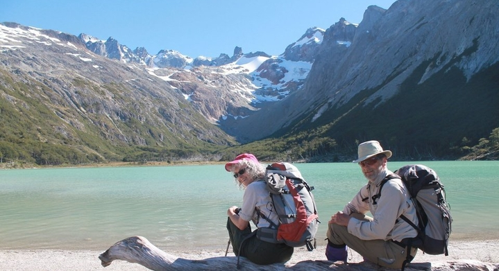 Pareja en laguna Esmeralda en Ushuaia