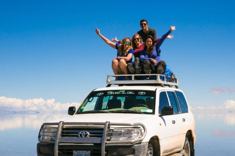 Personas sobre un jeep en el Salar de Uyuni.